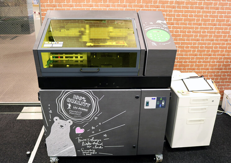 Users can watch the Roland VersaUV LEF-12i UV printer in action