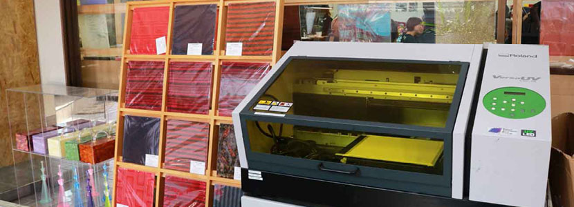 A Roland VersaUV LEF-12 UV printer is set up in the Miyuki Acryl studio