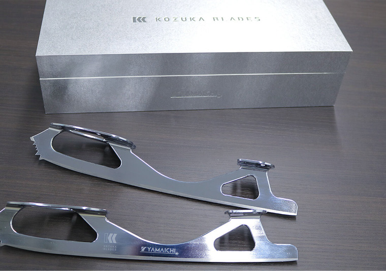 The completed blades' packaging is inspired by the steel blocks from which they are milled