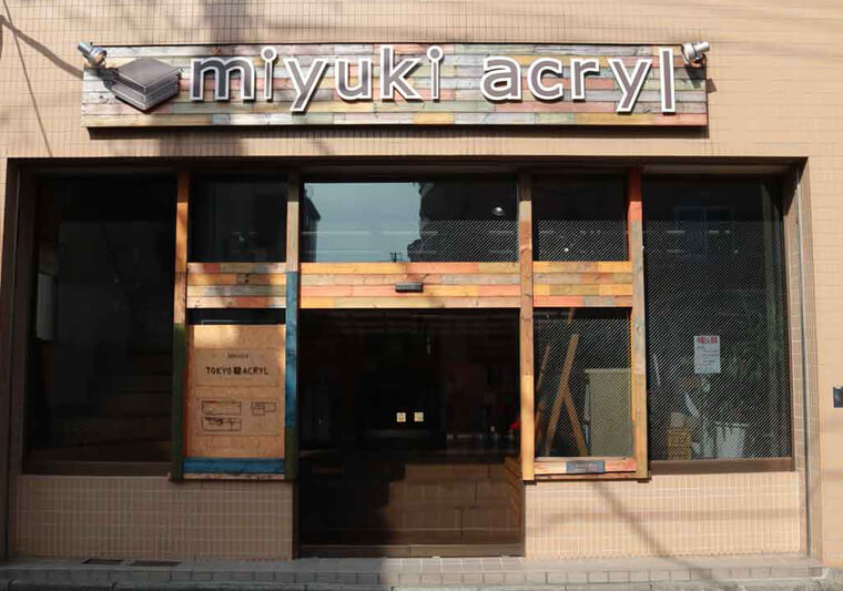 The Miyuki Acryl studio is located in a residential area of Kita-Ayase and use Roland UV print technology to decorate acrylic